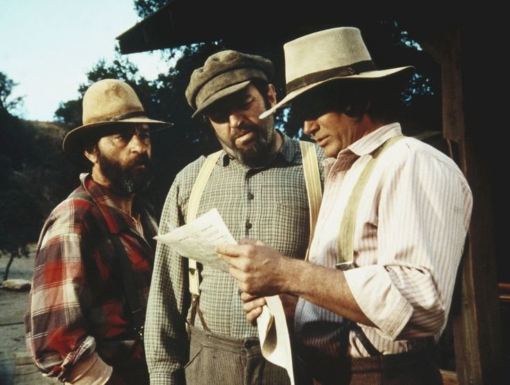 Edwards (Victor French, l.), Yuli (Theodore Bikel, M.) und Charles (Michael ...