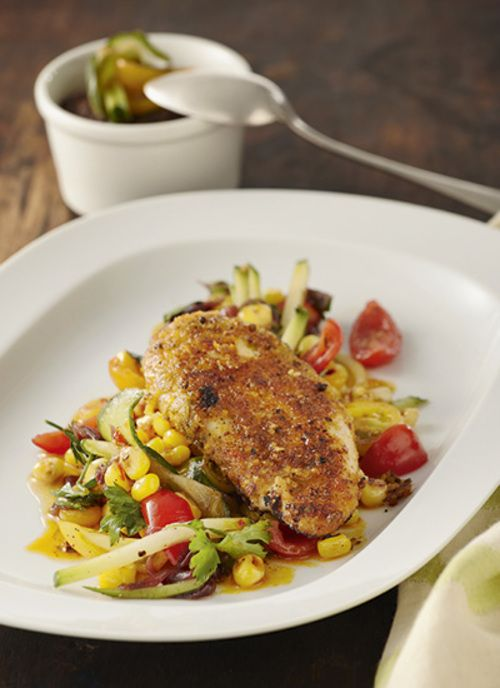Pollo glaseado en miel de cítricos con ensalada de tomatillo y cebolla dorada. El limón es un ingrediente perfecto para cocinar el pollo y resaltar su sabor.  Tanto el jugo como la cáscara tienen un efecto trasformador inmediato en un simple pollo a la plancha o asado.