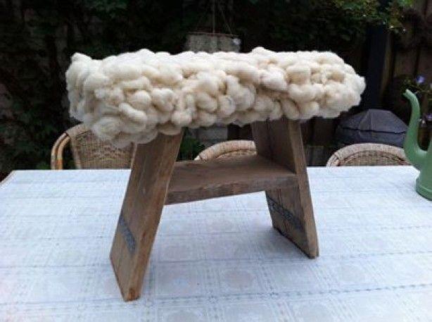 Steigerhouten krukje, wol, tijd en zin om aan de slag te gaan. Dan is dit het resultaat. Een super leuk krukje met wollen zitting.