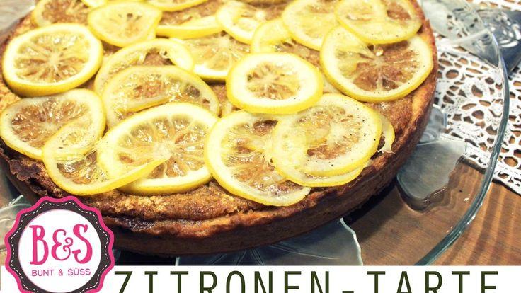 Zitronentarte mit feinen Zitronenscheiben garniert - Köstliche Zitronent...