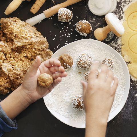 Fira höstlovet med aktiviteter i köket! Vad sägs om att leka godisfabrik? Här finns 14 recept på hemmagjort godis för barn.