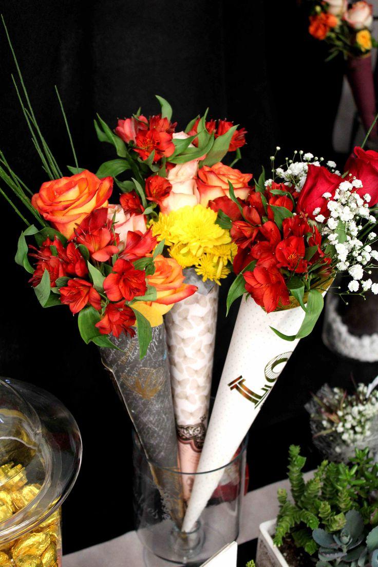 Rosas en cono-bouquet.