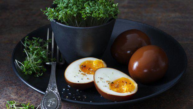"""Verze """"čínských"""" vajec v podání ikonického restauračního řetězce šéfkuchaře Davida Changa obletěla internetový svět. Abyste za ním nebyli pozadu, tady jsou. Podávejte je jako překvapivou chuťovku."""