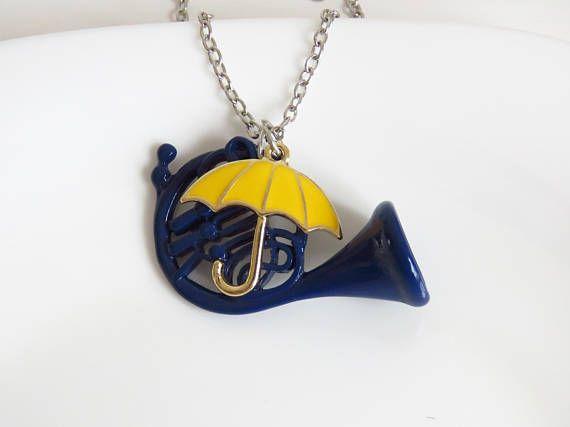 Collar con Saxofón azul y paraguas amarillo Cómo conocí a