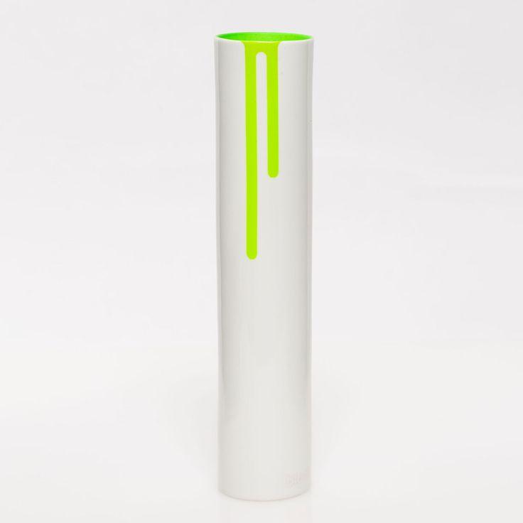 Articolo: BLOCK24GRQuesto vaso in ceramica bianca e' decorato con della vernice fluorescente che cola. La sua forma semplice e lineare e' perfetta per arredare davanzale, tavolo o mensole con un tocco di irresistibile colore. e' disponibile in diversi colori.