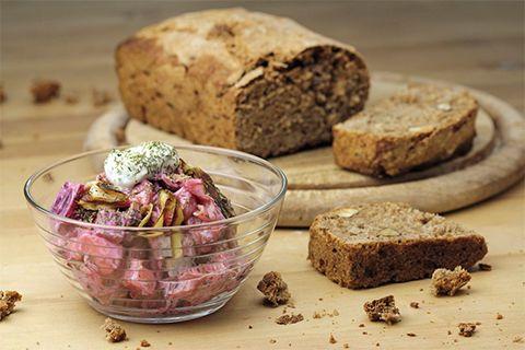 Rote Bete harmoniert wunderbar mit gebratener Aubergine, säuerlichem Apfel und Gewürzgurken, während der Joghurt den Salat schön cremig macht.