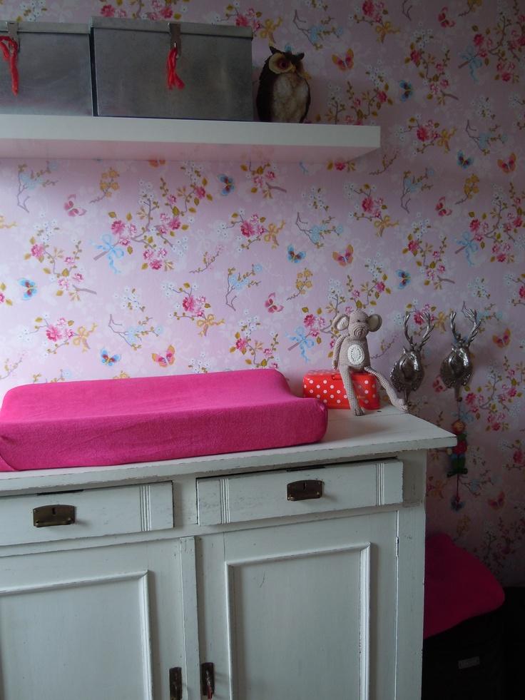 babykamer met bloemetjes behang