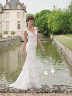 ROBE DE MARIEE RETRO , HISTOIRE robe de mariée 2015 en dentelle chantilly et dentelle de calais à étages asymétriques , deux bretelles drapées en dentelle ceinturée taille , une robe simple mais à la  [...]