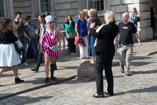 Mi sono vestita come un'idiota per vedere in quanti mi avrebbero fotografata alla London Fashion Week | VICE Italia
