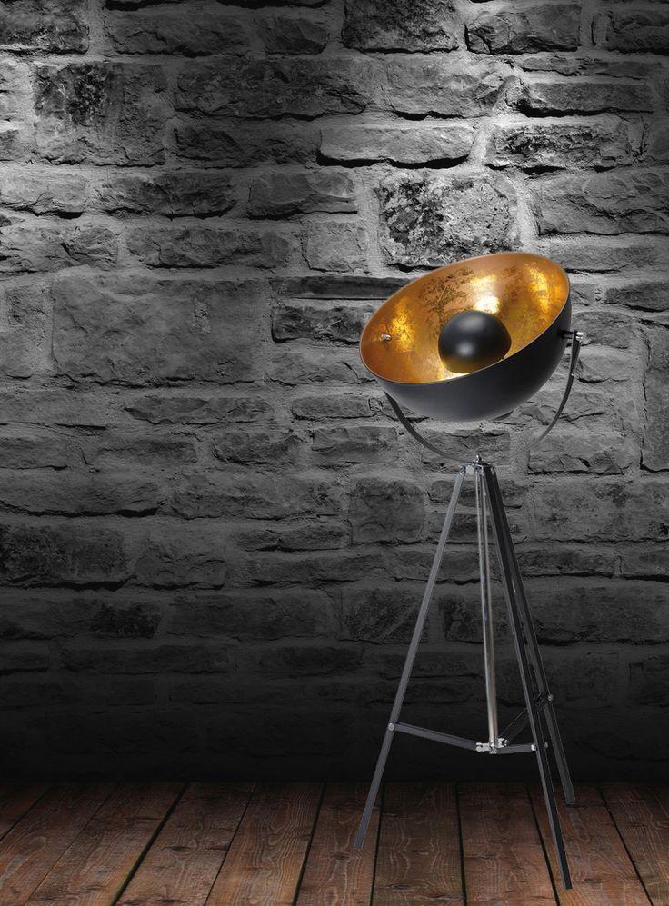 Deze driepoot lamp met goud past helemaal in de trendy industriële woontrend van nu, maar steelt pas echt de show in een modern interieur. Wij zijn verliefd.