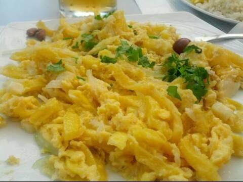 """Direttamente da Lisbona: """"bacalhau à brás"""" (baccalà, uova, patate, cipolla, prezzemolo e olive)."""