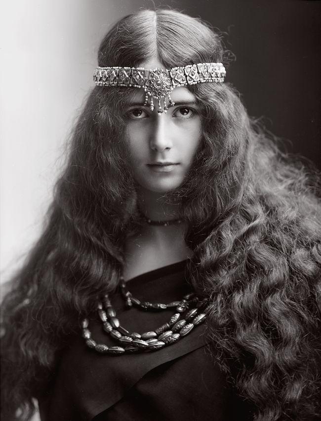 Что более всего прославило Клеопатру Диану де Мерод – титул самой прекрасной женщины Франции, ангельская красота, сводившая с ума европейских монархов, ее женственность и пленительность на сцене, безупречный вкус...