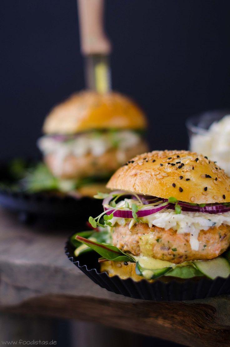 Lachsburger dazu Koriander-Wasabimayonnaise und Coleslaw von den [Foodistas] - Salmon Burger - http://foodistas.de/