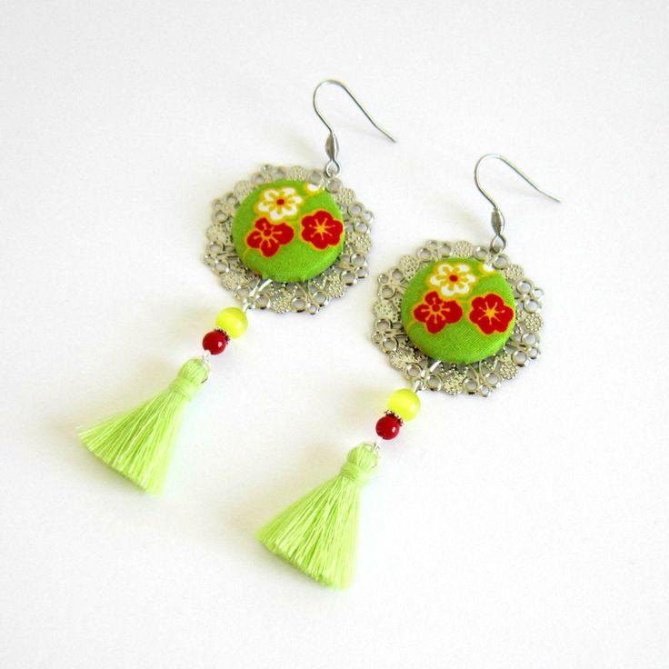 Boucles d'oreilles bohème fleuries argentées, vert, rouge, jaune, cabochon tissu japonais, pompon fait main : Boucles d'oreille par color-life-bijoux