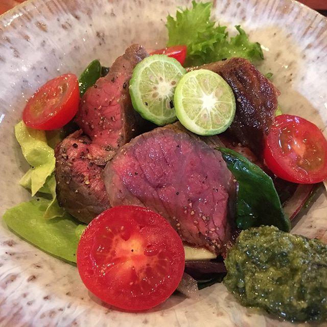 宮古牛のウチモモのサラダ仕立。ルッコラとパルダマ入り。 シークワーサーとジーマミー入りのバジルペーストでいただきました。 今回の旅行のベストの皿でしたー、また食べたい。。 #beef #miyakojima #wagyu #okinawa #steak #肉 #ステーキ #和牛 #宮古島 #宮古牛