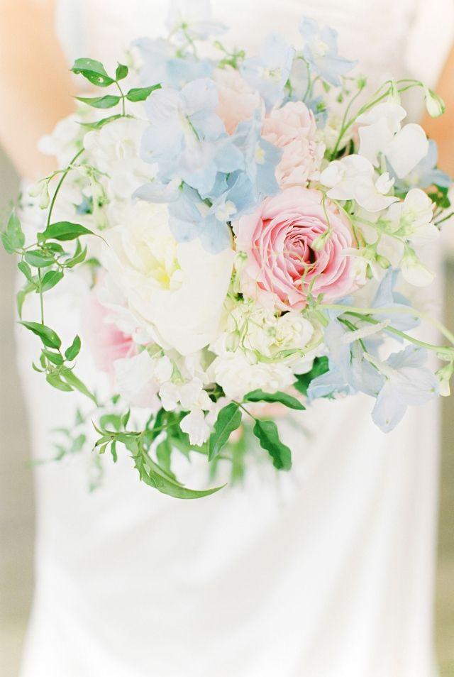 #real #wedding #bruiloft #romantisch #beach #bruidsboeket #flowers #bride #bruid | Trouwen op het strand in Zandvoort | ThePerfectWedding.nl