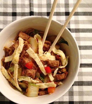 Dag 1 voor 5 euro: Chinese mie met paksoi, paprika, krokante tofu en ei