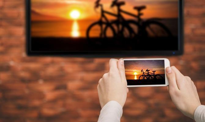 Zeigen Sie Ihrem Besuch Ihre Handybilder einfach auf dem Fernseher.