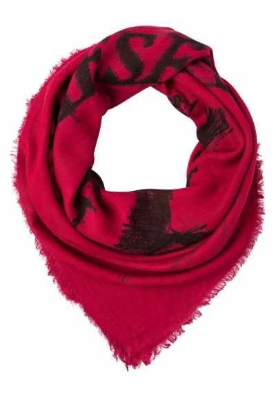 Los Pañuelos Rojos Son Propuestas Muy Interesantes Los pañuelos rojos de mujer son propuestas muy interesantes para lucir tus looks. Recupera un clásico y