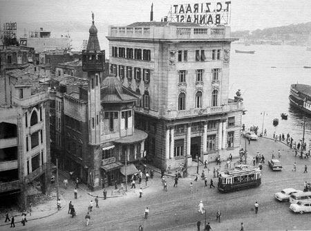 """Kayıp Karaköy Camii, Istanbul. Karakoy Camii, Jugendstil mosque in Istanbul. demolished in 1959. """"Karaköy Meydanı'nda 2. Abdülhamit dönemi saray Mimarı Raimondo D'Aronco tarafından yapılmış ahşap bir cami bulunuyordu. Yol yapımı nedeniyle (1959) cami sökülerek (her parçası numaralandırılmış) gemiye yüklenerek Kınalıada'ya tekrar kurulması planlanmış. Fakat yapı taşınırken gemi yan yatmış parçaların bir çoğu suya gömülmüş."""" http://www.hayalleme.com/index.php/kayip-karakoy-camii.html"""