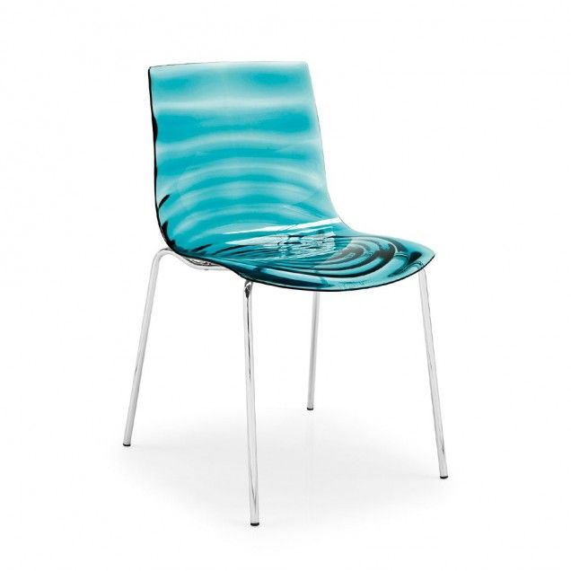 L eau: the ideal chair for kitchens or bars, with metal 4-leg frame. The technopolymer shell recalls water transparency featuring a stunning pattern of concentric waves. Sturdy materials and a lightweight effect perfectly blend in this chair.