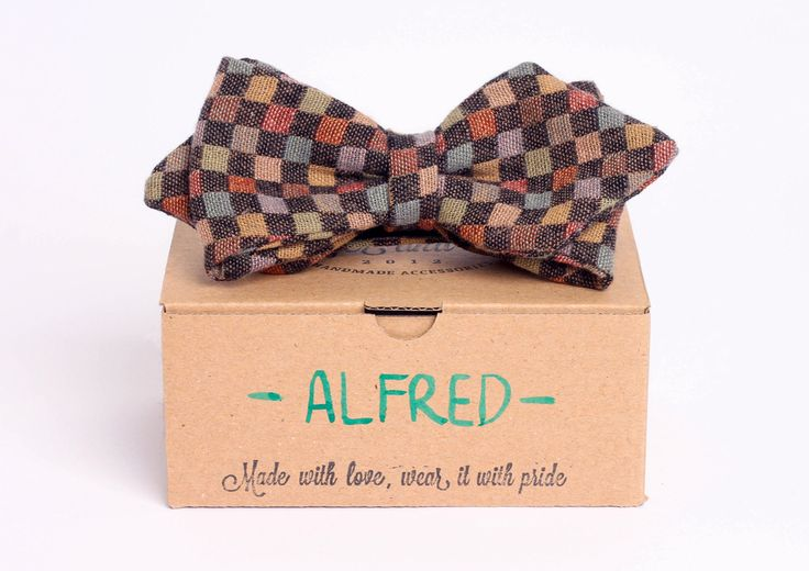 This arrowhead styled bow-tie fits perfectly with your white and blue shirts, as well as your denim shirts.