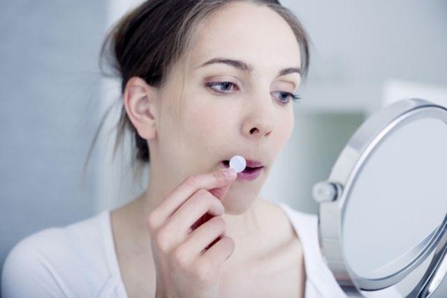 Como tratar a herpes para curar as feridas na boca mais rápido