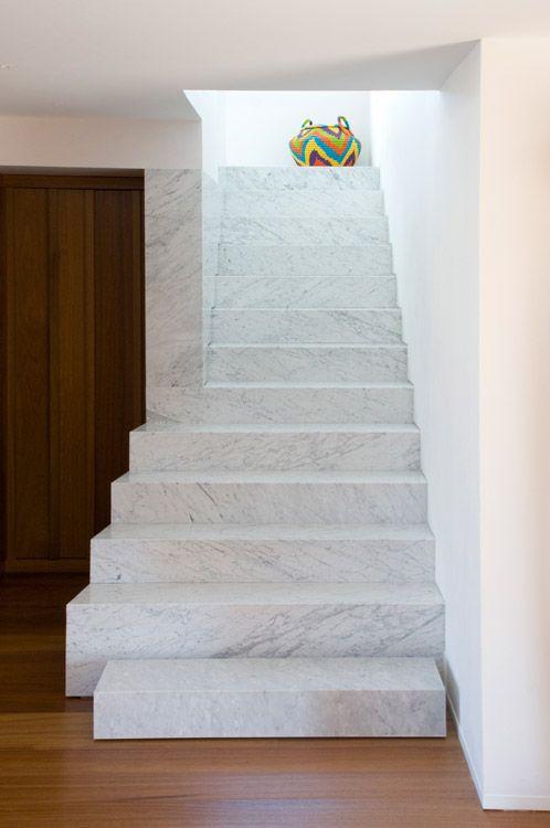 La escalera de mármol de Carrara va del vestíbulo al piso de habitaciones. El carácter longitudinal del ala de las alcobas está reflejado en los corredores que comunican el área privada.