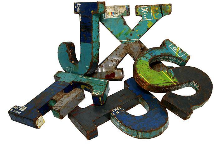 Letras metálicas para decoración de paredes en proyectos de interiorismo.