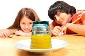Experimente für Kinder: Ein Glas steht auf dem Kopf und es gibt keine Überschwemmung! Das geht doch nicht mit rechten Dingen zu! In diesem Experiment drehen Sie ein gefülltes Glas auf den Kopf, ohne dass etwas passiert. Durch den Luftdruck im Glas läuft nichts aus.