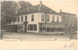 Een prentbriefkaart van het hotel en café met de naam Het Wapen van Gelderland in Geldermalsen van de eigenaar W. Strijland. Het hotel werd ook wel hotel Carabain genoemd en het is in de jaren zeventig van de twintigste eeuw afgebroken. Het is tot 1849, het jaar waarin een brug over de Linge werd gebouwd, ook veerhuis geweest