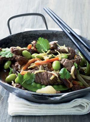 Lynstegt oksekød i wok med asiatiske grøntsager | Magasinet Mad!
