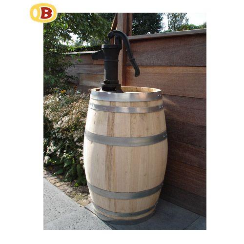 Regenton nieuw kastanjehout 100 L met kleine handpomp. Afmetingen van het vat: 45 cm doorsnee en 75 cm hoog. De pomp is ongeveer 40 cm hoog.