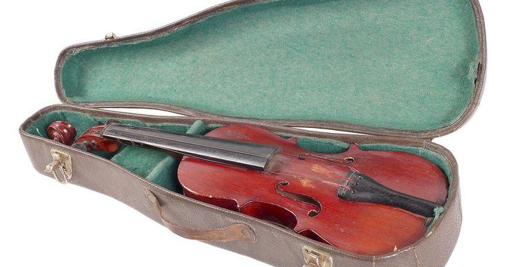 Cómo hacer un arco de violín. Hacer un arco de violín es un proceso delicado e importante. Es tan importante como hacer el violín mismo, ya que los arcos se hacen a menudo para promover un sonido óptimo con ciertos instrumentos. Al igual que con todos los esfuerzos que hacen al fabricar el instrumento, una buena cantidad de experiencia, atención al detalle y la paciencia te ...