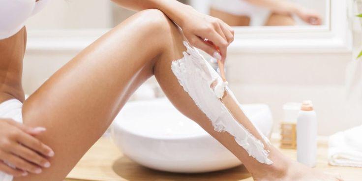 kvinder der barberer sine ben med barberskum
