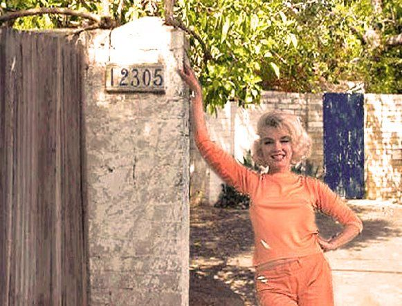 Marilyn Monroe Home marilyn at the gate of her brentwood home, 1962. | marilyn 2