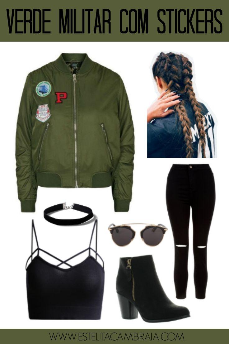 Como usar jaqueta bomber. Um look usando jaqueta bomber verde militar com stickers, combinado com calça preta rasgada, botinha cano curto, top com tiras, gargantilha e trança boxer.