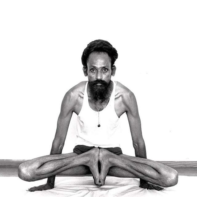 A young Baba Hari Dass demonstrating one of the 2 main variations of Yoni Āsana.  It is as hard as it looks....but Babaji makes it look effortless.  The other main variation is when you rotate your feet all the way forward so you are sitting on your heels in reverse. Not for the faint of heart, those that don't like to work thru pain or who aren't Gumby.  #Yogaaddict #hathayoga #tantra #ashtanga #ashtangayoga #SpiritualLife #SpiritualJourney #mayallbeingsbehappyandfree #lovewarrior #yoga…