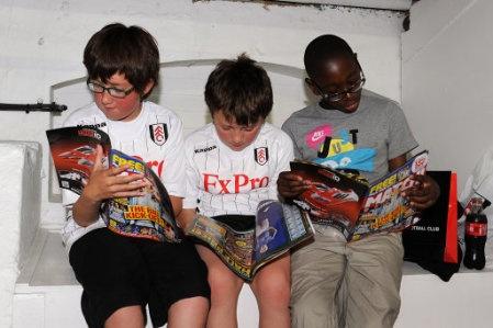 """Fulham fans read magazines"""