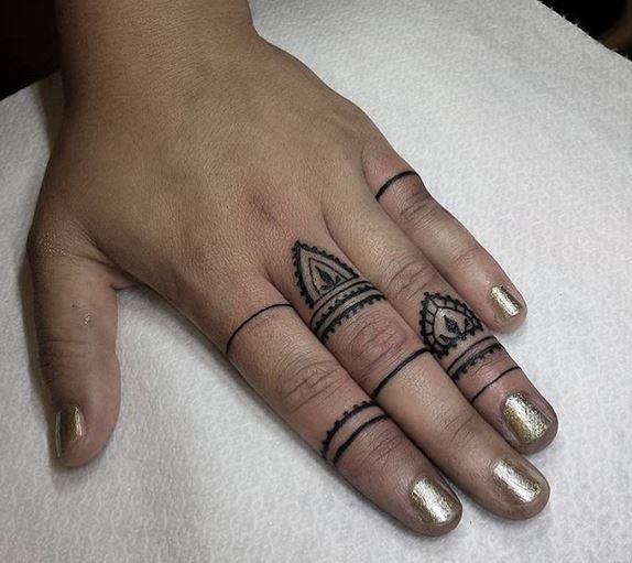 Apesar de muitos tatuadores não toparem fazer desenhos nos dedos, anda crescendo bastante o número de pessoas procurando por esse tipo opção, até porque fica bom pra caramba se você escolher bem. O avanço de técnicas que permitem linhas mais finas bem como a especialização dos tatuadores anda permitindo fazer melhores tatuagens nas mãos e […]
