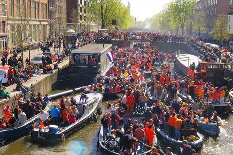 Zonnige Koningsdag trekt mensen naar buiten|Binnenland| Telegraaf.nl