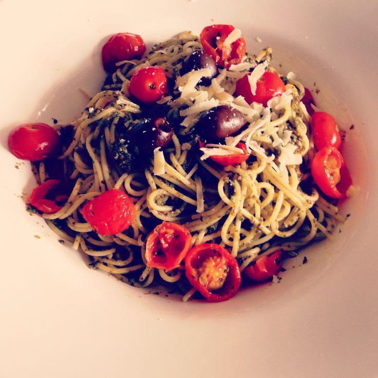 100e dag zonder vlees dit jaar. Spaghetti met zelfgemaakte pesto (zwarte olijven, rucola, parmezaan) en ovengedroogde tomaatjes (kerstomaatjes gehalveerd 1uur op 90 graden in de oven)