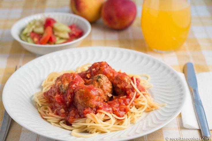 INGREDIENTES Carne: 300g carne novilho picada 200g carne porco picada 2ovos 8c.sopa pão ralado sem glúten salsa q.b. sal e pimenta q.b. Molho: 1 cebolagrande 4 dentes d'alho 1 folha grande de louro 6 tomates pelados 500mL polpa tomate 4 c.sopa ketchup 200mL vinho branco azeite q.b. Preço médio: 8.30€ …