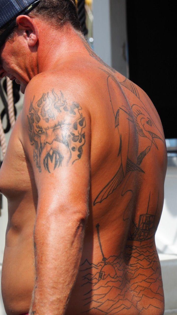 海の男は背中にラハイナの歴史を刻む