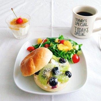 ビタミンカラーが溢れた、元気がでる朝食。  ベーグルで挟んで、しっかり朝ご飯。 キウイ+ブルーベリー+ハニークリームチーズの組み合わせ。