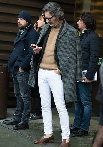 【チェック柄コート】タートルネック×白パンツの着こなし(メンズ) | Italy Web
