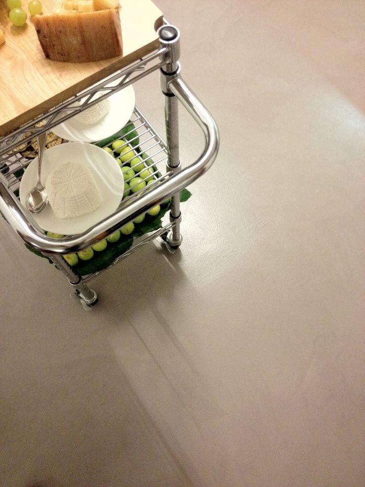 Il pavimento in resina presenta un effetto spatolato grosso con finitura satinata. I movimenti cromatici sono appena percettibili, l'effetto finale è sobrio ed elegante.