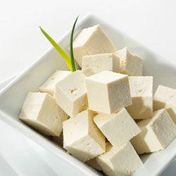 Tofu macerado para picar.   ♥ 1 paquete de tofu firme  ♥ miso (de venta en ecotiendas, herbolarios, etc)  ♥ tres dientes de ajo  ♥ pimentón, pimientos secos triturados, cebolla desecada, romero, ajo desecado, perejil desecado, pimienta negra, tomillo  ♥ aceite de oliva y sal