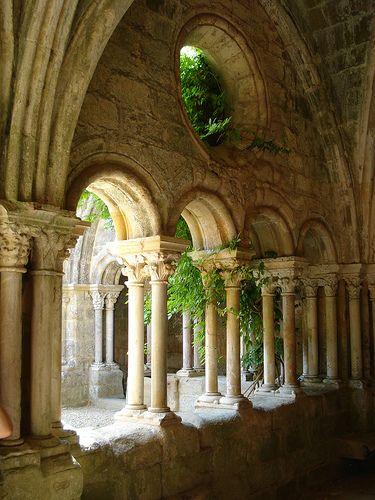 Abbaye de Fontfroide ~ Languedoc - L'abbaye de Fontfroide respecte le modèle cistercien, mais s'y ajoutent des influences méridionales. L'origine de l'abbaye remonte à 1093, date à laquelle des moines bénédictins viennent s'établir dans un vallon qui prendra plus tard le nom de Fontfroide. Rattachée à l'abbaye de Cîteaux  en 1146, l'abbaye connaît son apogée aux XIIe et XIIIe siècles.
