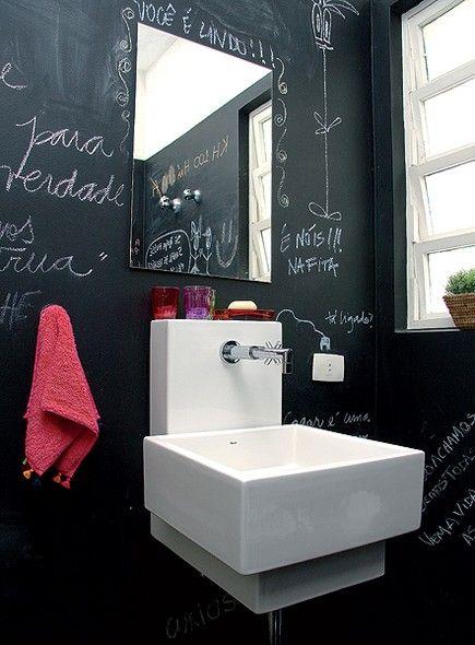 Este lavabo é um barato. Suas paredes receberam tinta preta para funcionar como lousa, na qual os donos da casa e os amigos podem escrever e desenhar o que bem quiserem